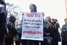 Photo of «ՁԻԱՀ-ի կանխարգելման կենտրոնի» աշխատակիցները կառավարության շենքի մոտ բողոքի ակցիա են իրականացնում