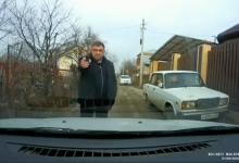 Photo of В Армавире мужчина с пистолетом не позволил проехать автомобилисту