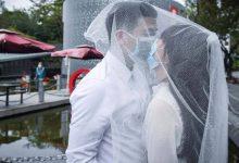 Photo of Фото дня: жених и невеста позируют фотографу в медицинских масках