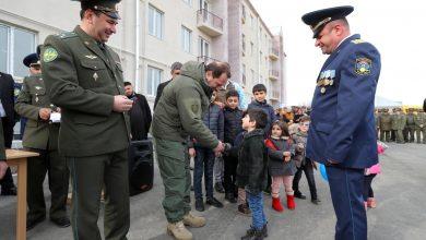 Photo of ՀՀ պաշտպանության նախարարը զինծառայողներին է հանձնել նոր ծառայողական բնակարանների բանալիները