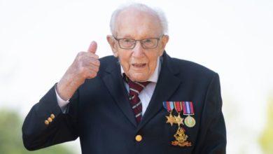 Photo of Национальный герой Британии. Ветеран Том Мур, собравший миллионы для врачей, празднует 100-летие