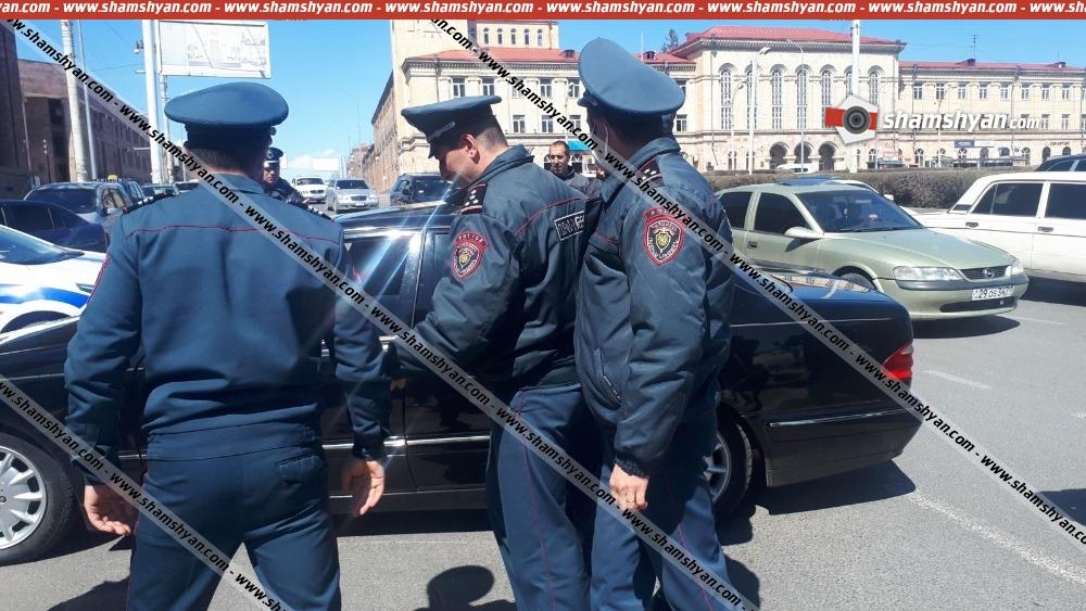 Արտակարգ դեպք Գյումրիում. Հայուհի հրապարակում դանակահարվել են ոստիկանության 2 ծառայողներ
