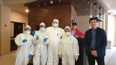 Photo of Студент 6 курса ЕГМУ,  будущий врач Асатур Чакманян  уже 14 дней оказывает медицинскую помощь контактникам, изолированным в одной из гостиниц Еревана