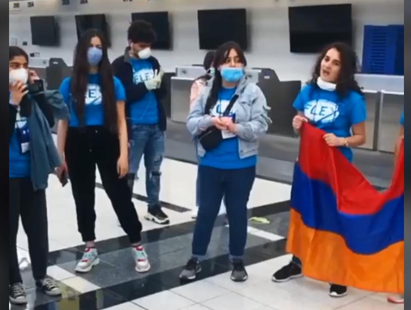 Տեսանյութ.ԱՄՆ-ից Հայաստան վերադարձող աշակերտները երգում են օդանավակայանում