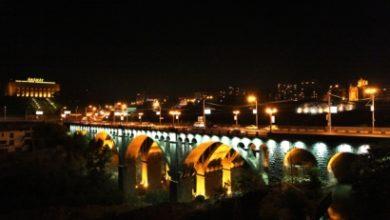 Photo of Արտակարգ դեպք Երևանում. 2 քաղաքացի անցել են «Հաղթանակ» կամրջի վտանգավոր եզրագիծը և սպառնում են ցած նետվել. պահանջում են հանդիպում վարչապետի օգնականի հետ