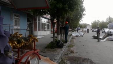 Photo of Ուժգին քամու հետեւանքները Գյումրիում. շենքերի տանիքները փողոցում են հայտնվել