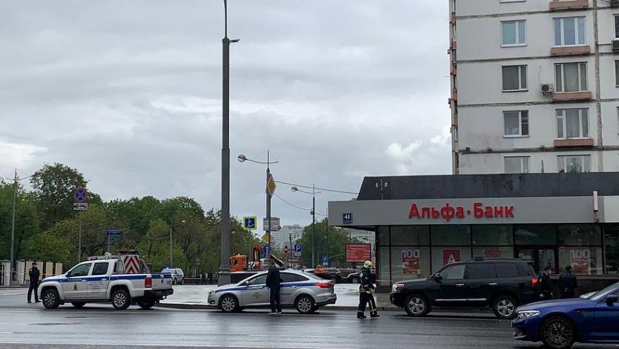 Photo of Մոսկվայի «Ալֆա բանկի» գրասենյակում տղամարդը պատանդառել է մարդկանց. նա սպառնում է պայթեցնել շենքը