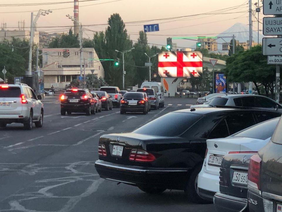 Photo of В день национального праздника Грузии рекламные щиты улиц Еревана осветились цветами грузинского флага