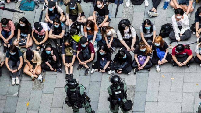 Photo of В Гонконге беспорядки и сотни задержанных: парламент обсуждает закон о гимне