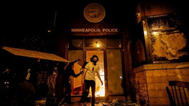 Photo of Անկարգություններ Մինեապոլիսում. ցուցարարները հրդեհել են ոստիկանական բաժանմունքը, ոստիկաններին տարհանել են ուղղաթիռով