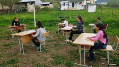 Photo of Дети одного из сел Арцаха проводят уроки на свежем воздухе под открытым небом