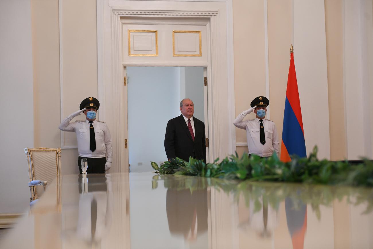 Photo of Սա ձեր երկար տարիների աշխատանքի բարձր գնահատականն է. նախագահ Արմեն Սարգսյանը պետական բարձր պարգևներ է հանձնել