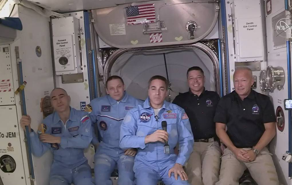Photo of Члены экипажа Crew Dragon успешно перешли на борт МКС