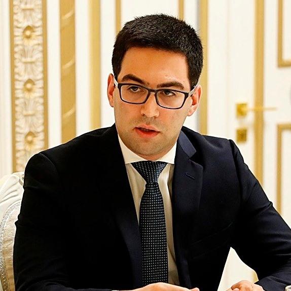Photo of Սև՞, թե՞ կարմիր․ Ո՞ւմ խաղն է խաղում Արման Բաբաջանյանը․ Ռուստամ Բադասյան