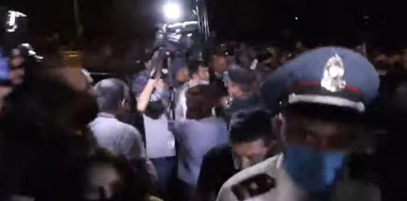 Photo of ԱԱԾ–ի մոտ իրավիճակը կտրուկ լարվեց. ոստիկանները քաշքշելով ու հրելով հեռացրին նաև լրագրողներին