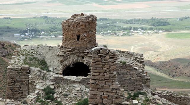 Photo of Գանձախույզները շարունակում են քանդել Վանի հայկական «Սուրբ կույսեր» վանական համալիրի ավերակները