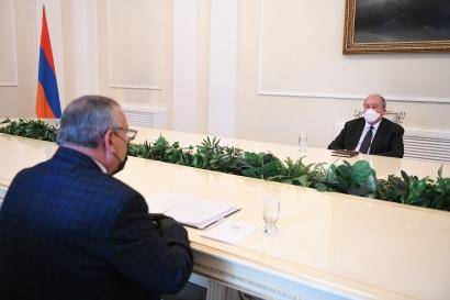 Photo of Արցախը ևս մեկ անգամ ապացուցեց, որ երկիր է, որտեղ մարդիկ պետականորեն են մտածում և գործում. նախագահ Արմեն Սարգսյանն ընդունել է Արցախի ԱԺ նախագահին