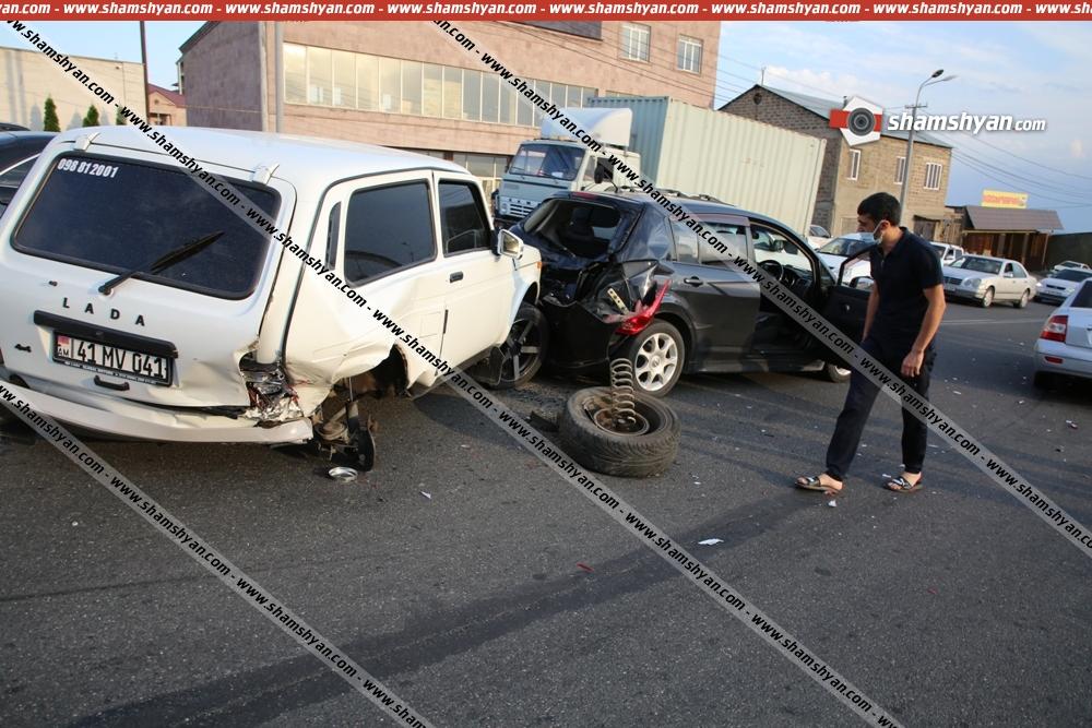 Photo of Ավտովթար Երևանում. բախվել են 3 ավտոմեքենա. ճանապարհային ոստիկաններն էլ դիմակ չունեցող քաղաքացիներին պաշտպանիչ դիմակներ են բաժանել