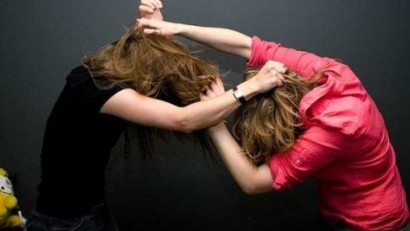 Photo of Արտառոց դեպք Երևանում. Մոր և աղջկա վիճաբանությունն ավարտվել է տարեց կնոջ աչքի վնասվածքով, ոստիկանությունում էլ մայրը պատռել է թղթերը