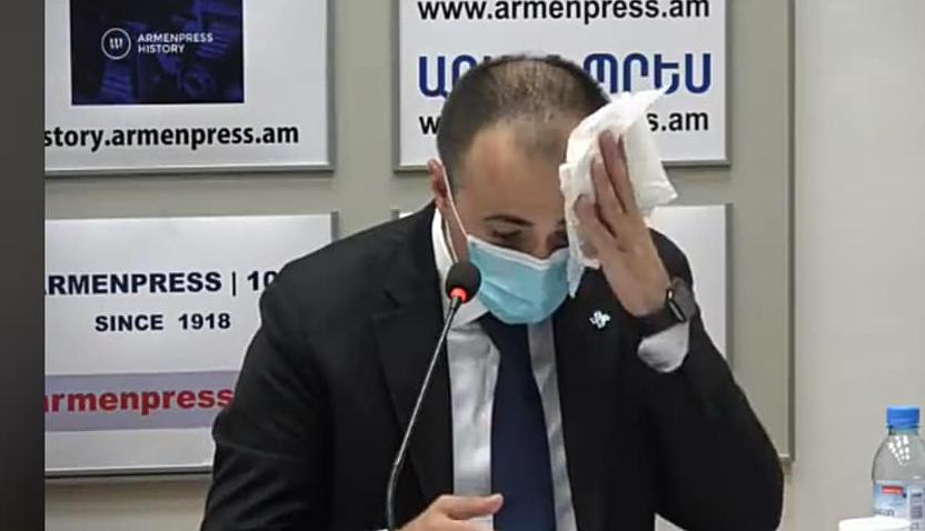 Photo of «Իմ առողջապահության չեղած նախարարության ղեկավար, դու, սրբելով քրտինքդ, այդպես էլ դիմակը չփոխեցիր»