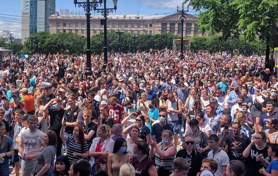 Photo of В Хабаровском крае тысячи людей вышли на акции в поддержку арестованного губернатора Сергея Фургала