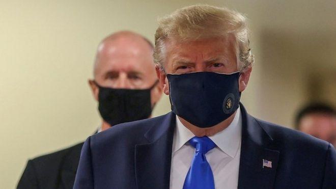 Photo of Трамп впервые надел маску на публике