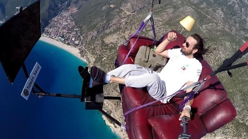 Photo of Мужчина совершил полёт на диване с телевизором и лампой