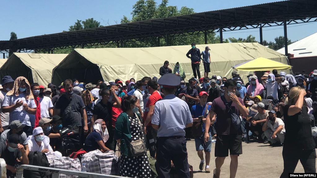 Photo of Сотни мигрантов скопились на казахстанско-узбекистанской границе