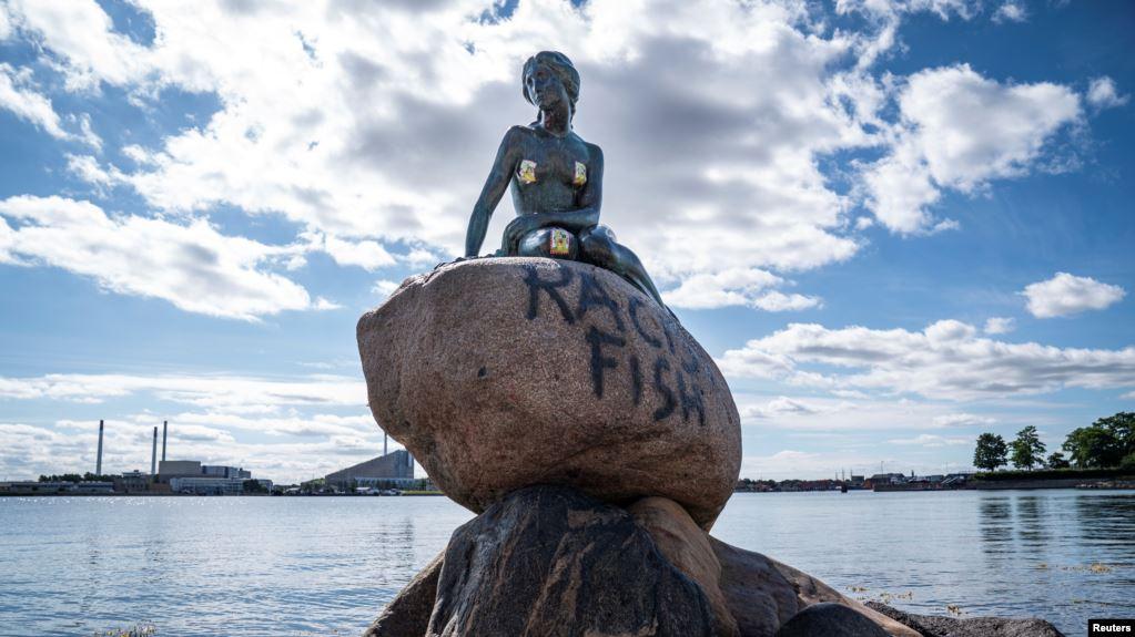 Photo of Неизвестные испортили основание статуи Русалочки в столице Дании