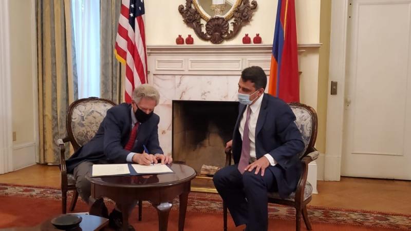 Photo of ԱԺ Հայաստան-ԱՄՆ բարեկամական խմբի եւ ԱՄՆ Ներկայացուցիչների պալատի Հայկական հարցերի հանձնախմբի միջեւ ստորագրվել է փոխըմբռնման հուշագիր
