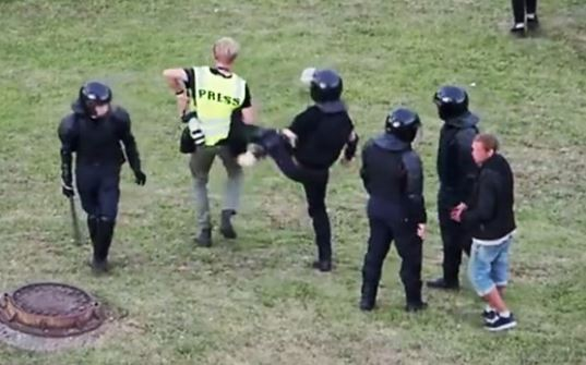 Photo of «Журналистов не трогать». Что говорят в МВД Беларуси о нападениях на журналистов