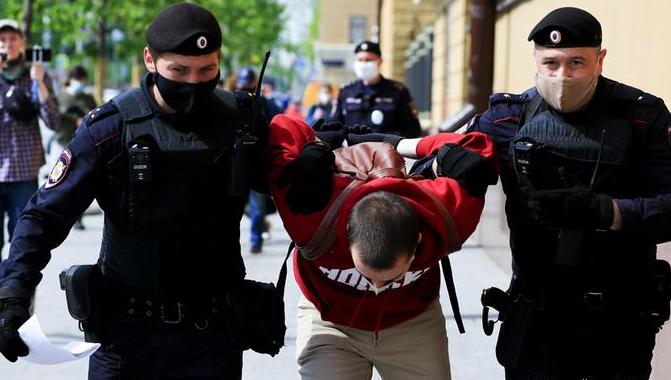 Photo of У здания ФСБ на Лубянке полиция начала задерживать участников пикетов в поддержку Навального