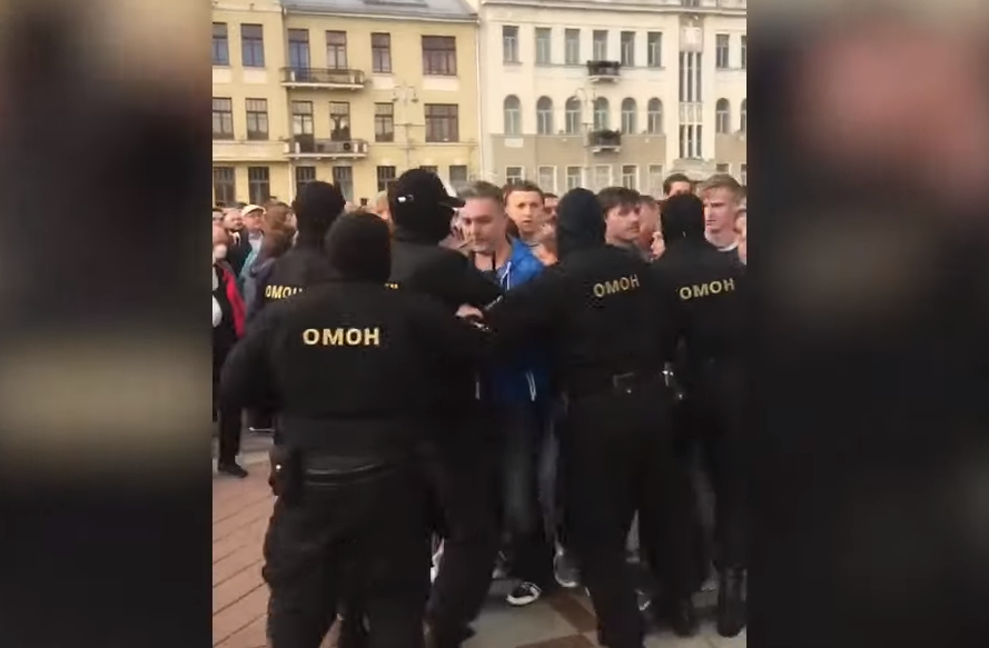 Photo of Силовики задерживали участников акции протеста на площади Независимости в Минске