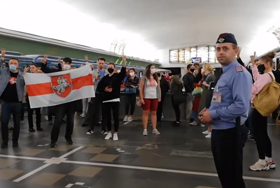 Photo of В Минске прямо на платформе метро спели «Магутны Божа» и «Пагоню» — вот как это было
