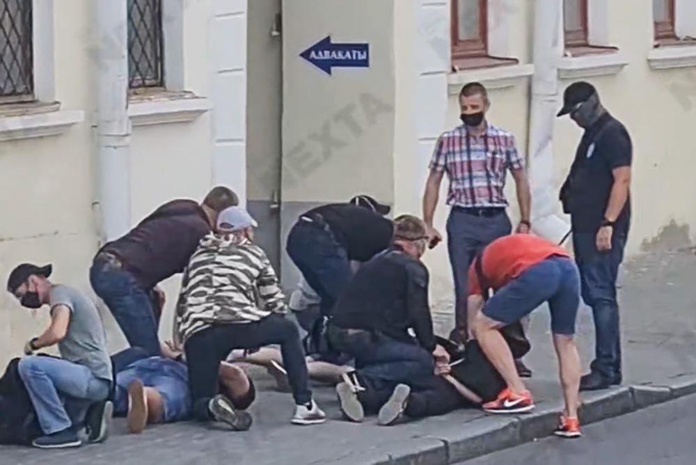 Photo of Լուկաշենկոն «ասֆալտին է փռել» լրագրողներին. Մինսկում ձերբակալվել են «Դոժդ» հեռուստաալիքի աշխատակիցները
