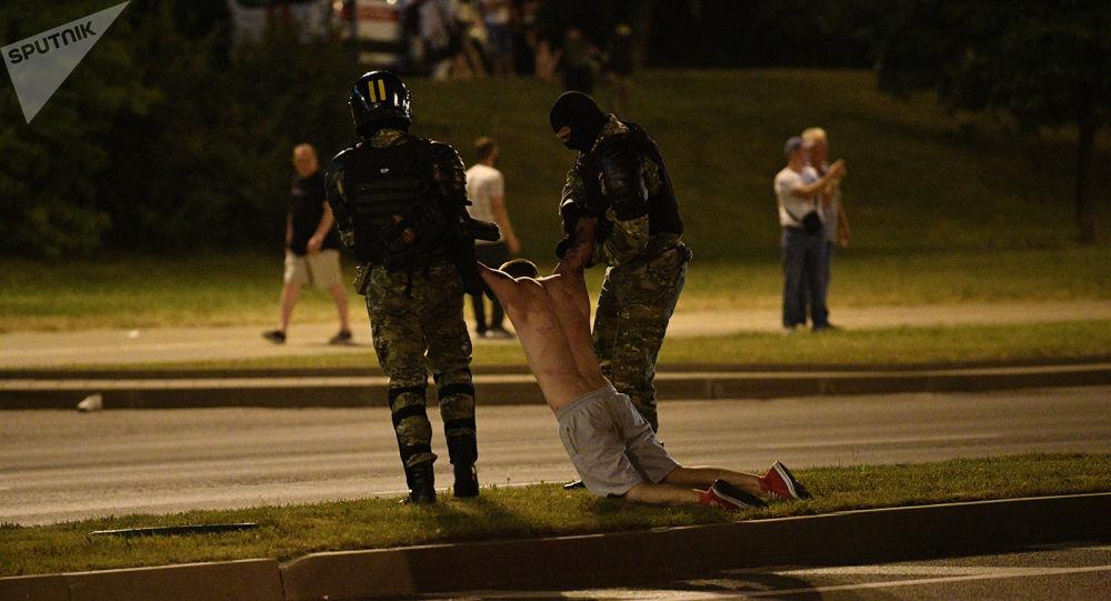 Photo of «Если в ближайшие два дня эти демонстрации не прекратятся, не исключено, что власть начнет давать трещины, что может закончиться даже свержением режима Лукашенко». Политолог A. Варданян