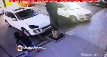Photo of Երևանում վայրկյանների ընթացքում պաշտպանիչ դիմակով հանցագործը գողանում է Porsche Cayenne-ի լուսարձակը. տեսանյութ