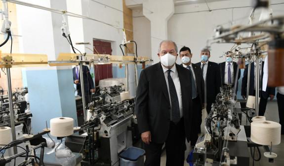 Photo of Նախագահ Սարգսյանն այցելել է «Տավուշ տեքստիլ» ընկերության Բերդի արտադրամաս