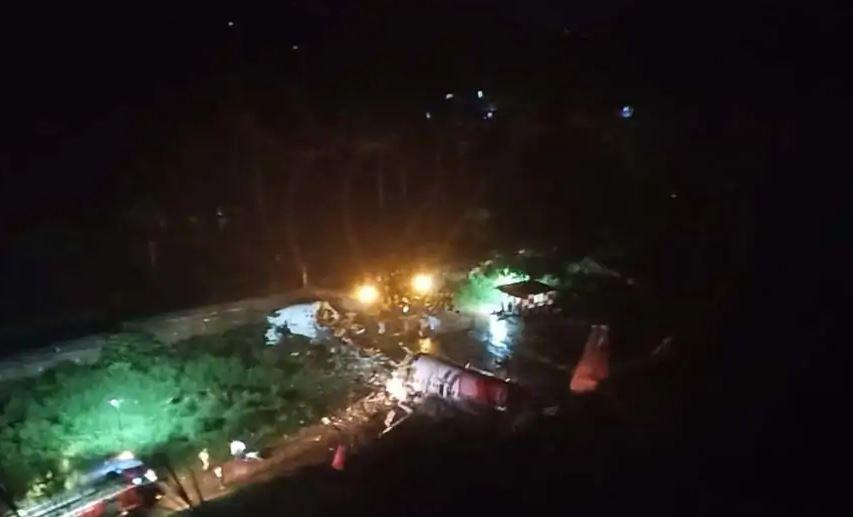 Photo of В Индии самолет выкатился за пределы полосы и развалился на части