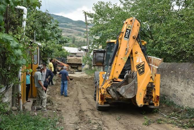 Photo of Они стоят на земле крепче, чем когда-либо. Губернатор Тавуша посетил села, пострадавшие от обстрела