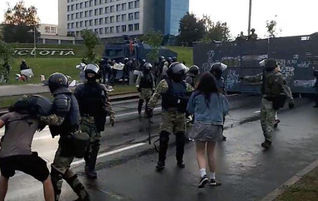 Photo of «Иди сюда, я тебе покажу». Жесткие задержания после марша в Минске
