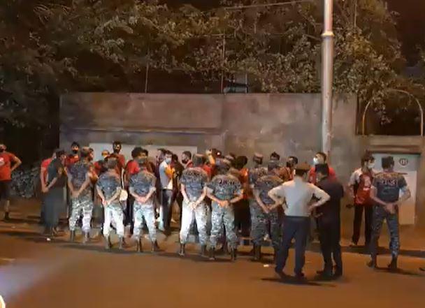 Photo of Հայաստանի հավաքականի երկրպագուները ստադիոնի մոտ տոնում են հաղթանակը