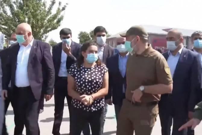 Photo of В Хндзореске к Николу Пашиняну подошла жена Нарека Сардаряна, попавшего в плен в Азербайджане