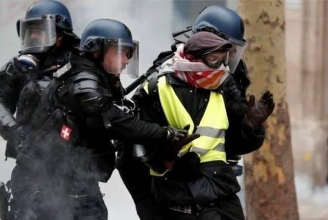 Photo of В Париже полиция применила слезоточивый газ во время акции протеста «желтых жилетов»