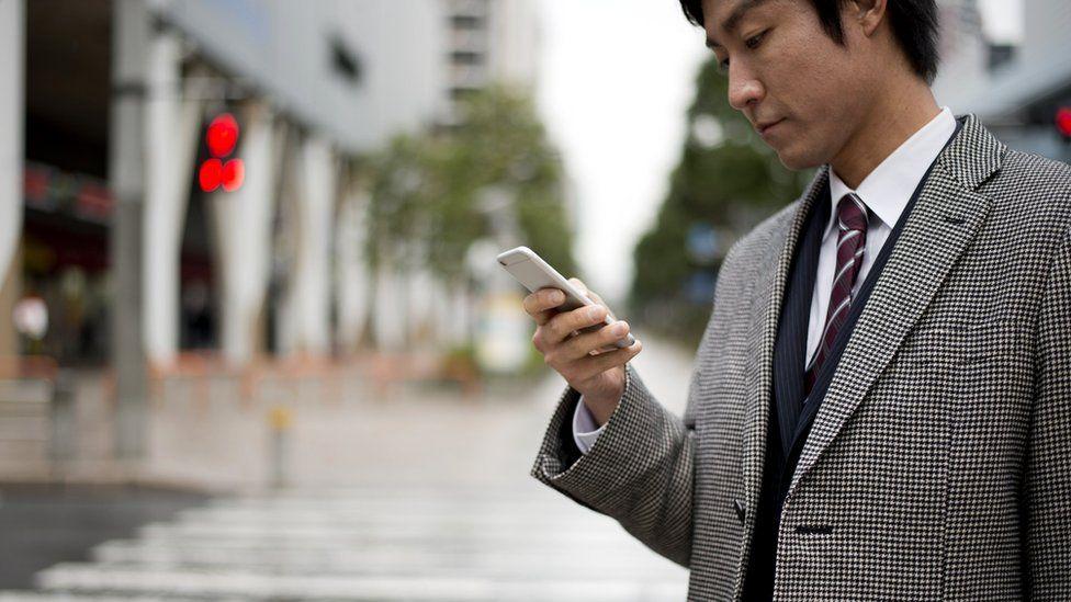 Photo of Город, где запретили ходить, уткнувшись в экран смартфона. Почему это может сработать