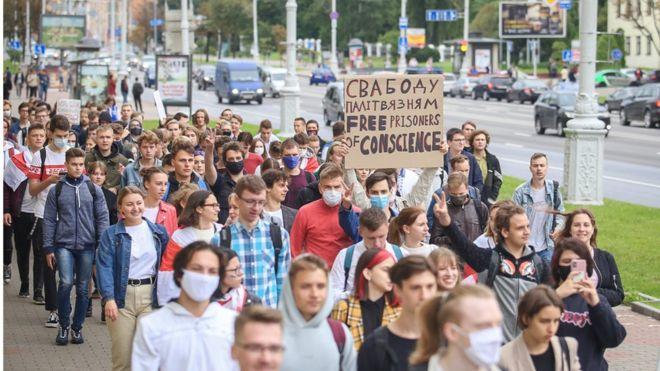 Photo of Протесты в Беларуси: студенты устроили шествие, начались задержания