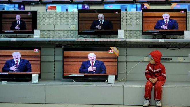 Photo of Брусника, ёжики и Соловьев. Как ТВ Беларуси молчит о самом важном и что предлагает вместо этого