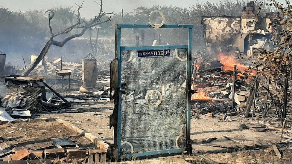 Photo of «Дерево пропитано креозотом, горит — как спички». В Ростовской области третий день бушуют пожары
