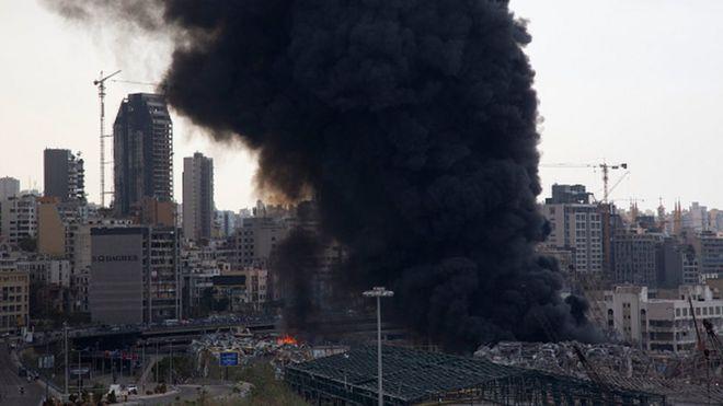 Photo of В порту Бейрута снова полыхает пожар. Причины устанавливаются