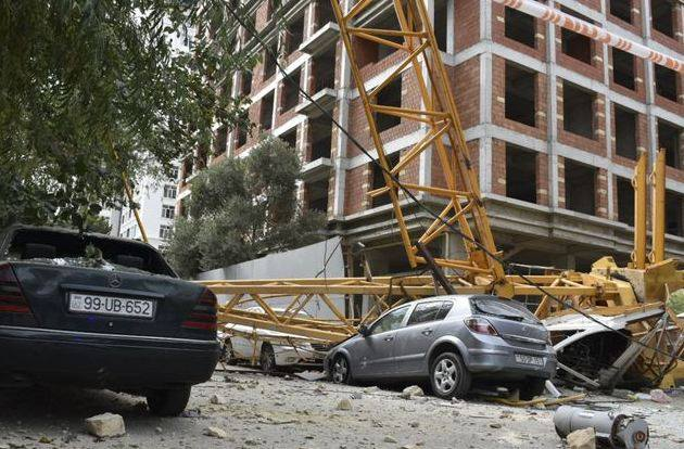 Photo of В Баку кран упал на здание, автомобили и прохожих. Есть жертвы и раненые